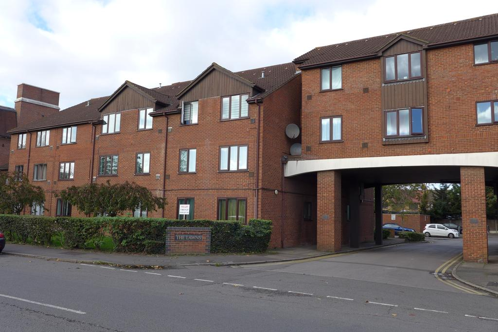 1 Bedroom Flat for sale in Old Bath Road, Colnbrook, Slough