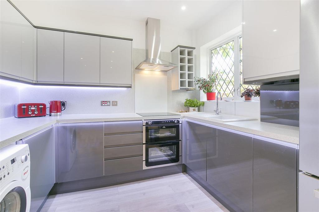 4 Bedrooms Terraced House for sale in Donnybrook Road, Streatham Vale, SW16