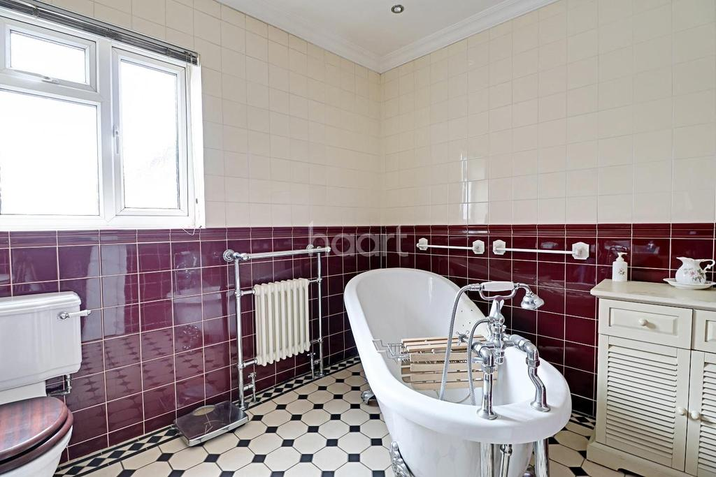 2 Bedrooms Semi Detached House for sale in Brentwood Road, Romford