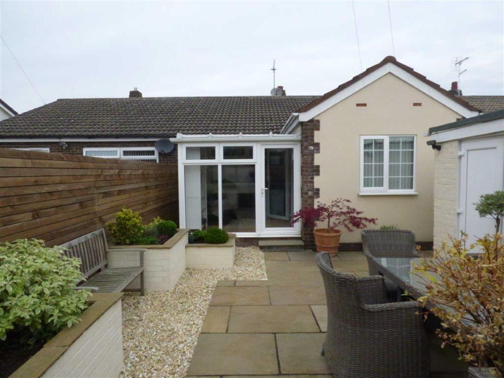 2 Bedrooms Semi Detached Bungalow for sale in Clarondale, Sutton Park, Hull, East Yorkshire, HU7