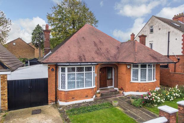 4 Bedrooms Bungalow for sale in Bishopscote Road, Luton, LU3