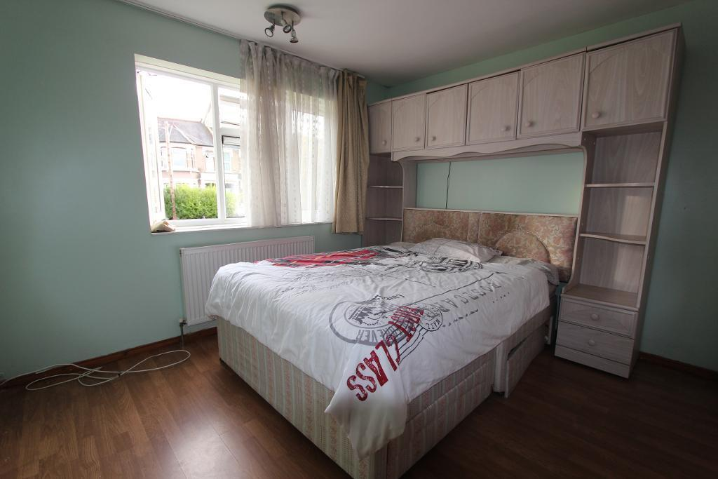 2 Bedrooms Flat for sale in Chelmsford Road, London, E11 1BS