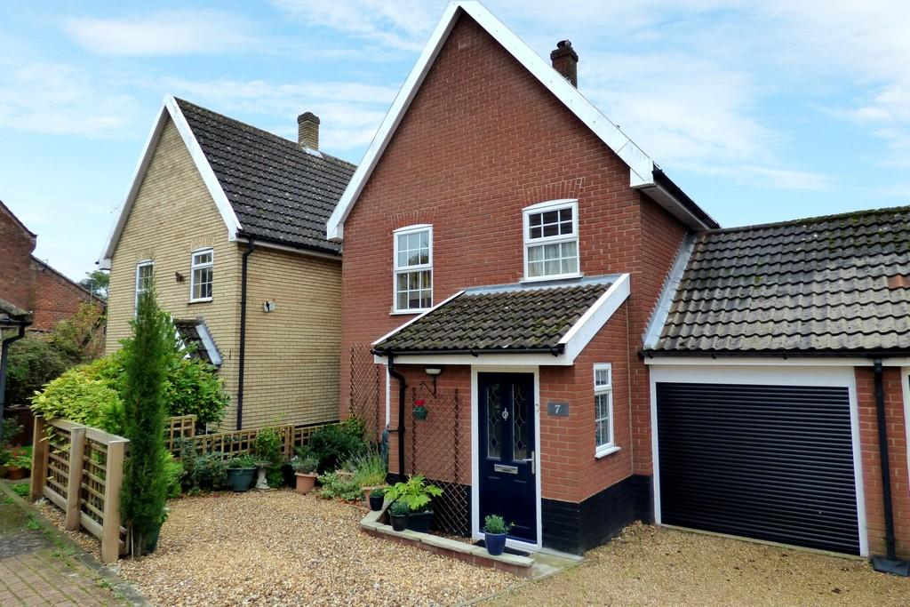 3 Bedrooms Link Detached House for sale in Queens Court, Long Stratton
