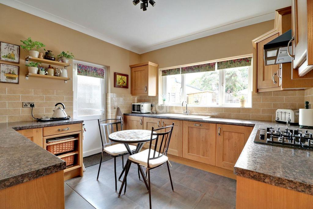 2 Bedrooms Bungalow for sale in Hamstel Road, Southend-on-sea