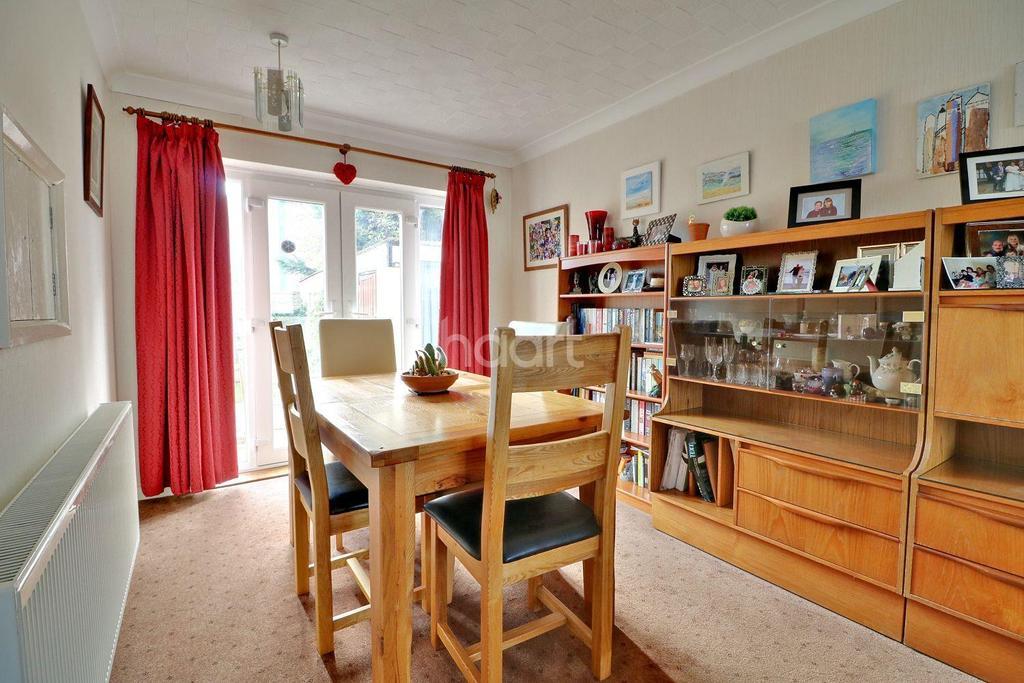 3 Bedrooms Detached House for sale in Elm Road, Shoeburyness