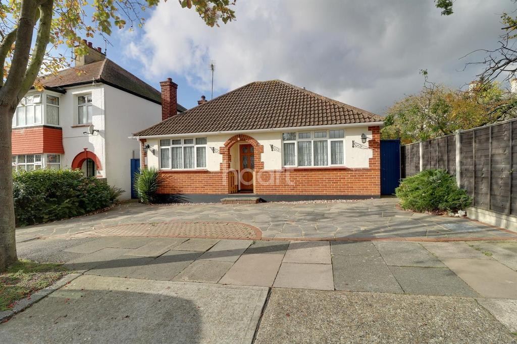 2 Bedrooms Bungalow for sale in Flemming Avenue, Leigh-On-Sea