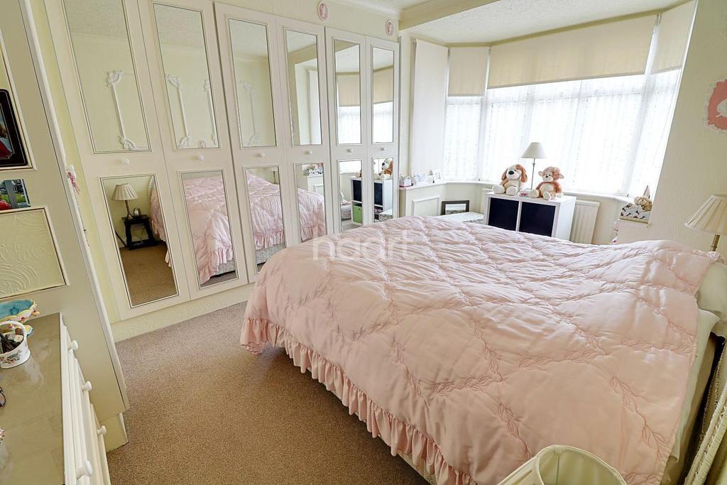 3 Bedrooms Bungalow for sale in Hamilton Avenue, Barkingside