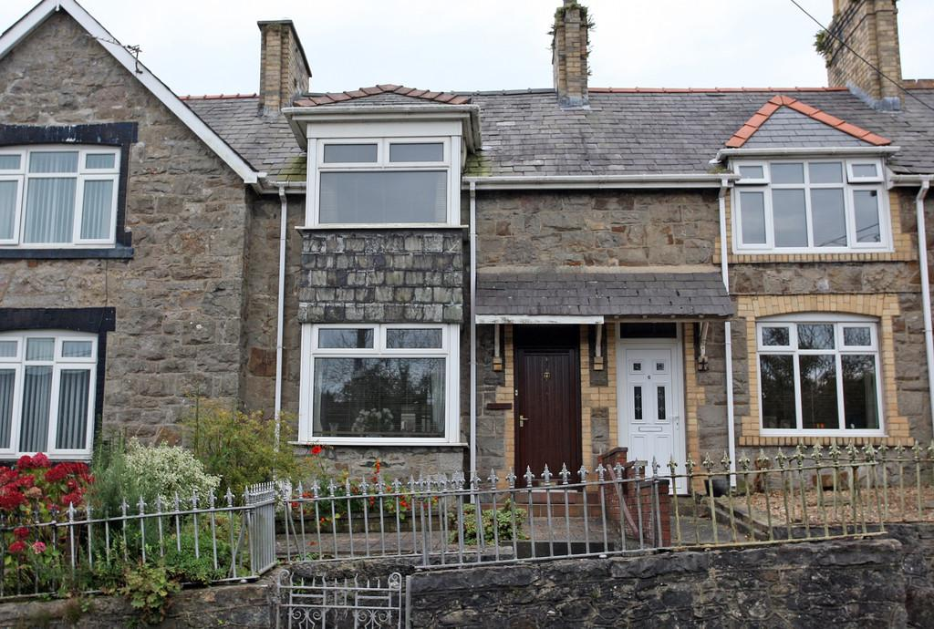 2 Bedrooms Terraced House for sale in Penrallt Terrace, Llangefni, North Wales