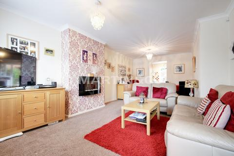 4 bedroom semi-detached house for sale - Fencepiece Road, Hainault, Essex