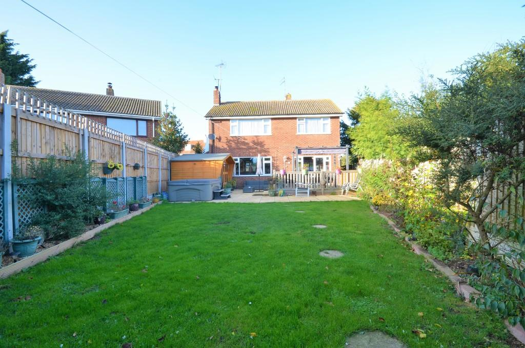 3 Bedrooms Detached House for sale in Thorpe Road, Weeley, CO16 9JJ