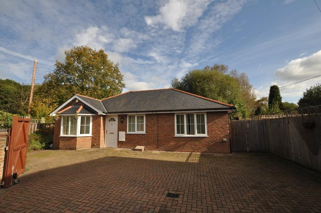 3 Bedrooms Detached Bungalow for sale in Guildford Road, Normandy