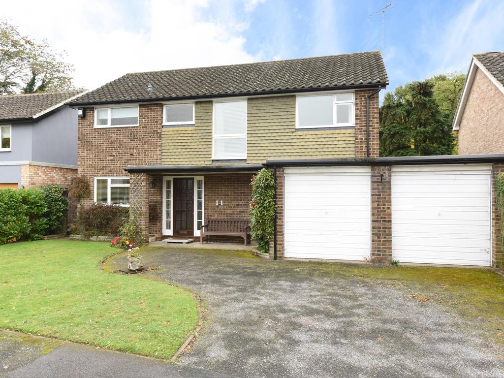 4 Bedrooms Detached House for sale in Sarum Green, Weybridge KT13