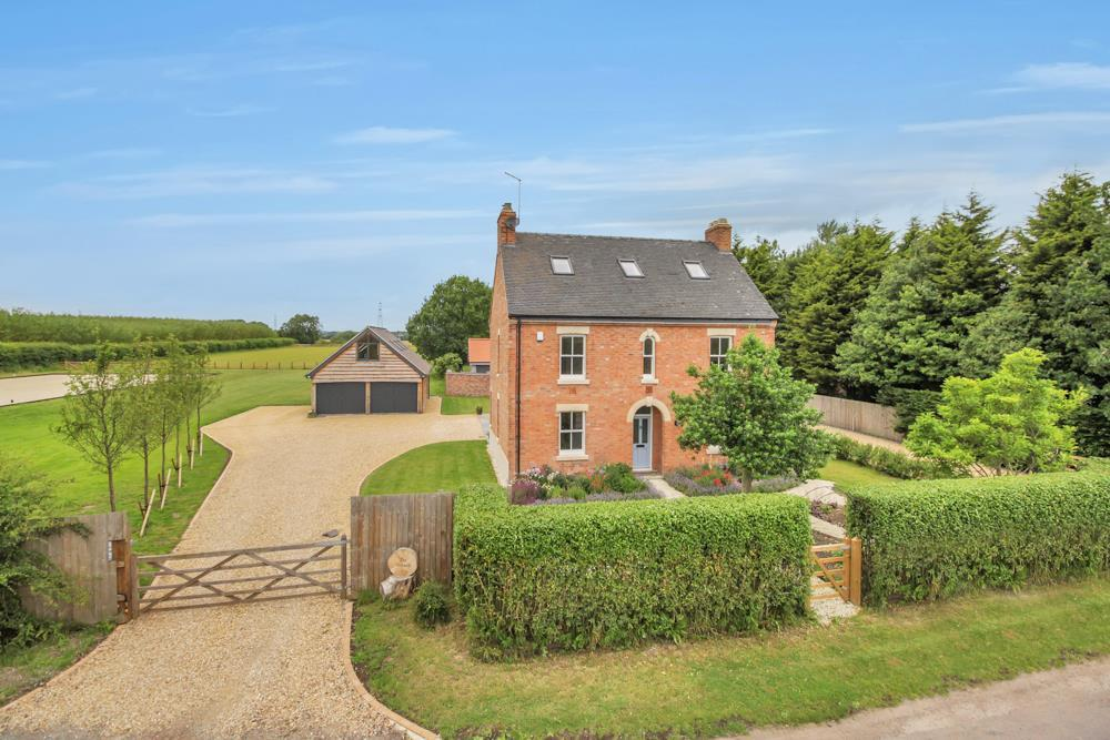 5 Bedrooms Detached House for sale in Main Road, Hawksworth