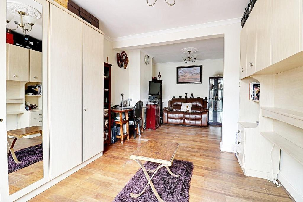 3 Bedrooms Terraced House for sale in Castle Avneue, Rainham