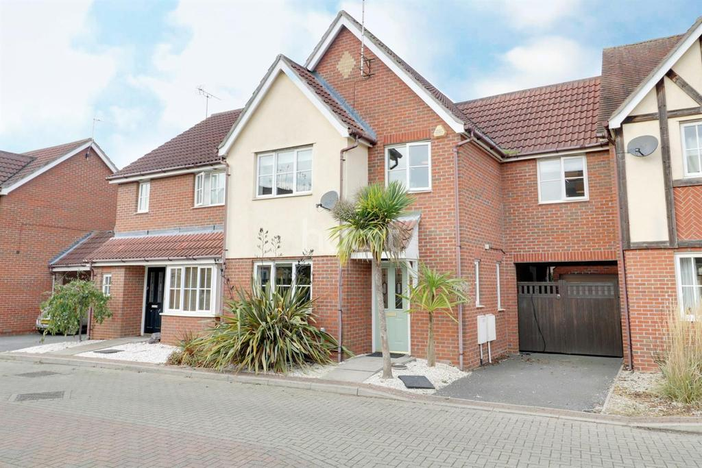 3 Bedrooms Semi Detached House for sale in Purvis Way, Highwoods, Colchester.