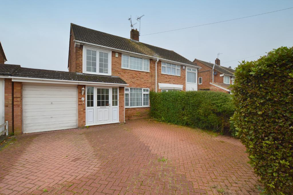3 Bedrooms Semi Detached House for sale in Linden Road, Dunstable, Bedfordshire, LU5 4PB