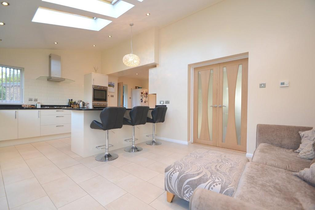4 Bedrooms Semi Detached House for sale in Cressages Close, Felsted, CM6 3NW