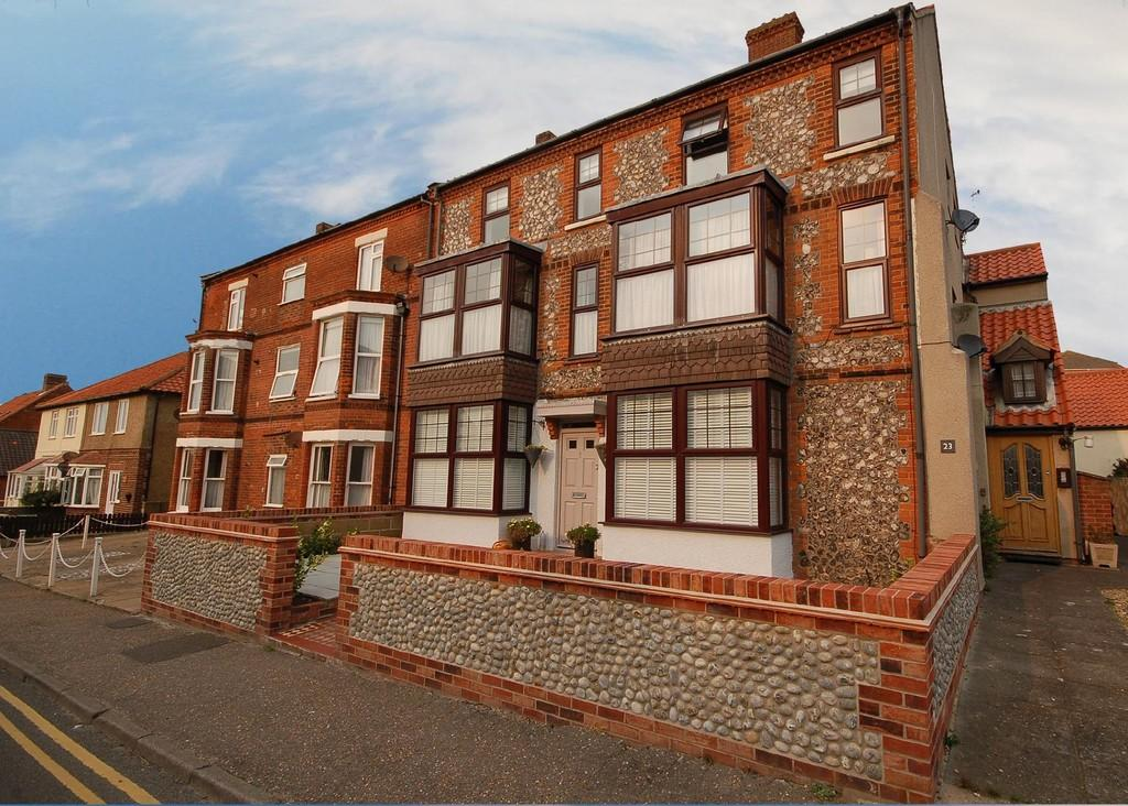 2 Bedrooms Ground Flat for sale in Cliff Road, Sheringham
