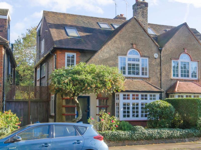 4 Bedrooms Semi Detached House for sale in Trinity Ave, N2