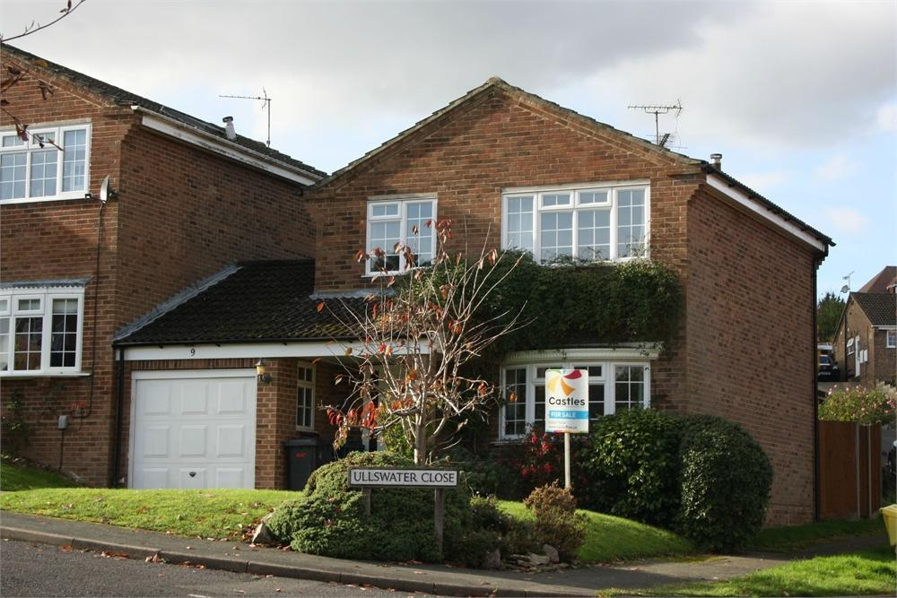 3 Bedrooms Detached House for sale in Ullswater Close, Farnham, Surrey