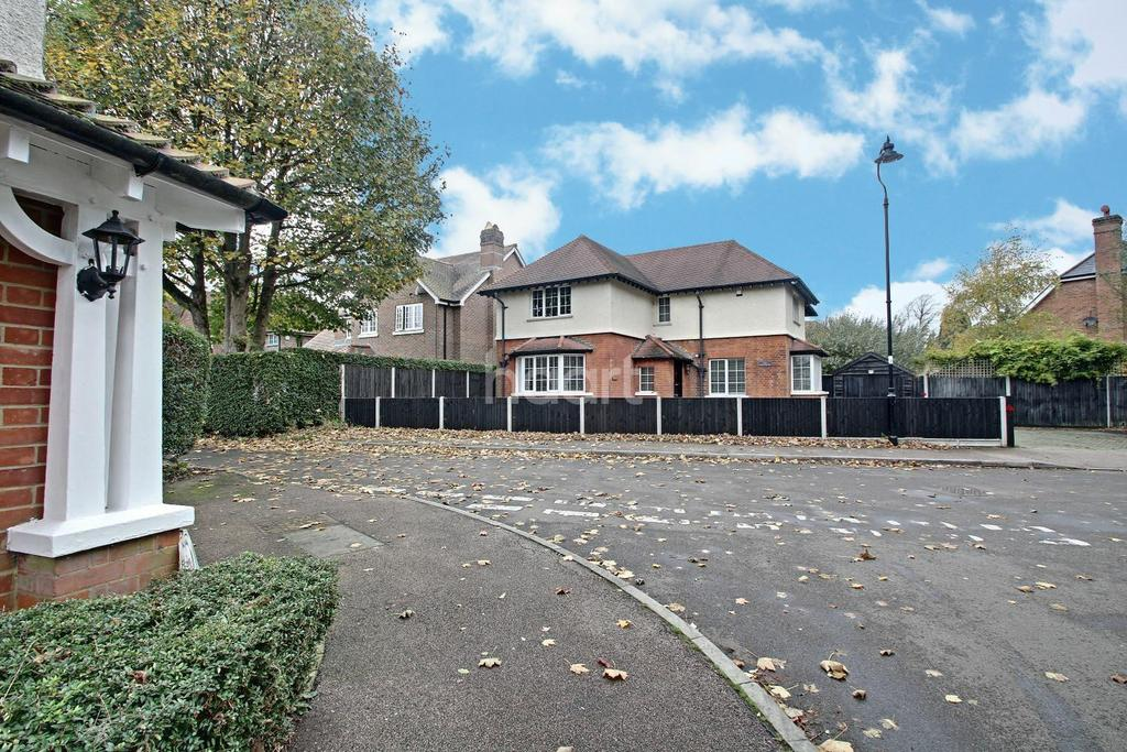 4 Bedrooms Detached House for sale in Netherne Drive, Coulsdon, CR5