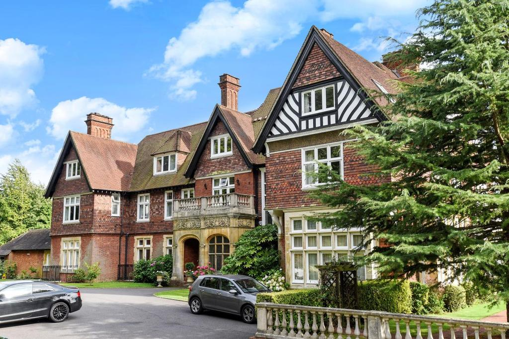 3 Bedrooms Flat for sale in Baston Manor Road, Hayes