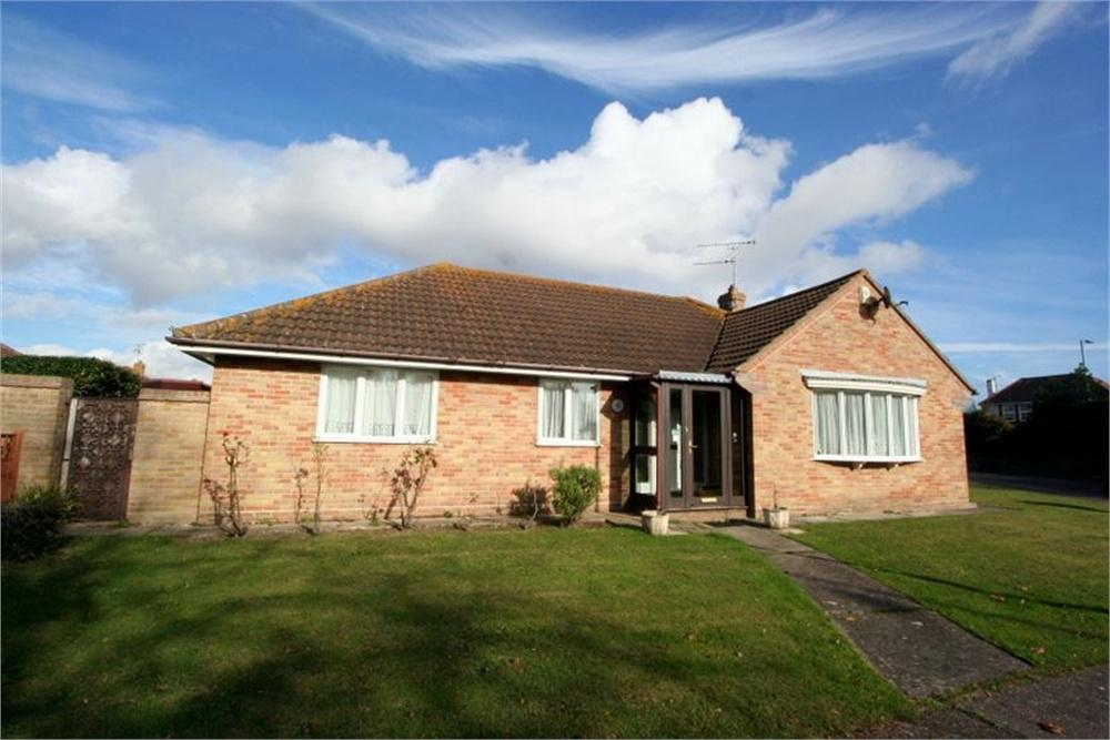 3 Bedrooms Detached Bungalow for sale in The Oaks, FRINTON-ON-SEA, Essex