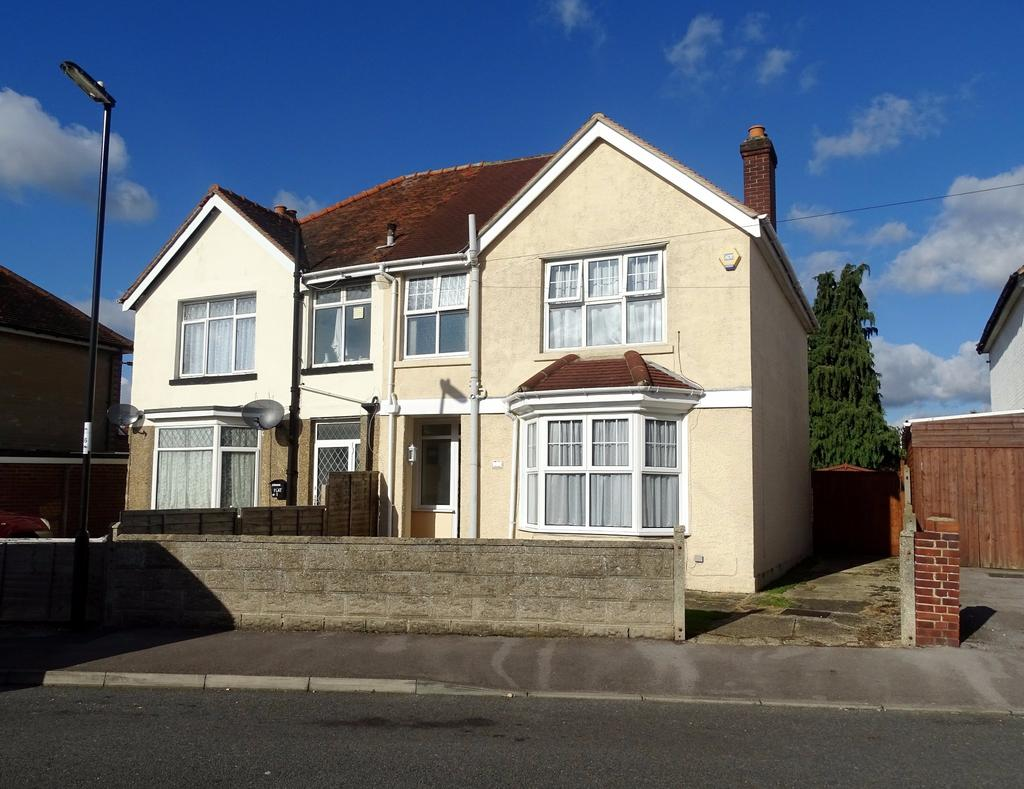 3 Bedrooms Semi Detached House for sale in Stanton Road, Regents Park, Southampton