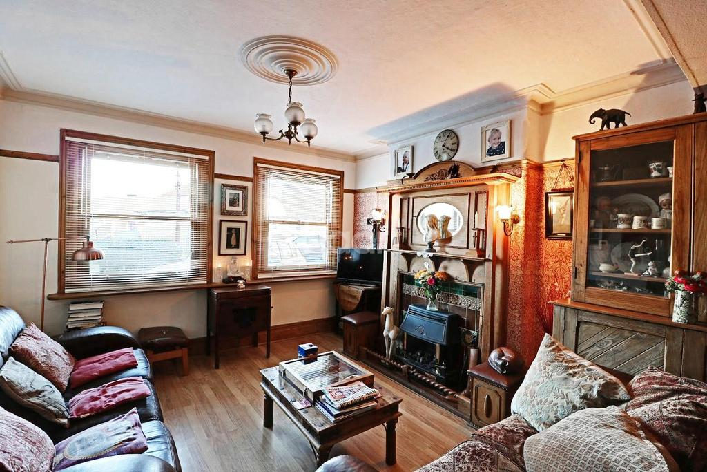 3 Bedrooms Semi Detached House for sale in Pretoria Road, Romford