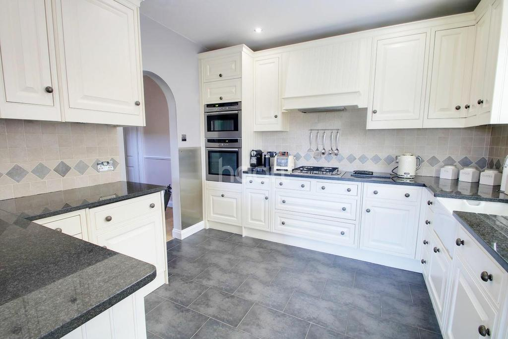 3 Bedrooms Bungalow for sale in Mansfield Gardens, Hornchurch