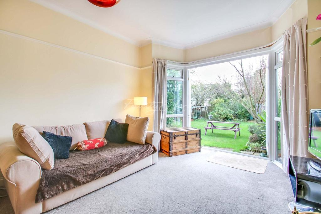 3 Bedrooms Semi Detached House for sale in Ashridge Crescent, Shooters Hill, SE18