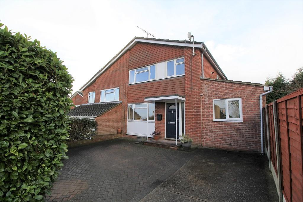 4 Bedrooms Semi Detached House for sale in Kellynch Close, ALTON, Hampshire