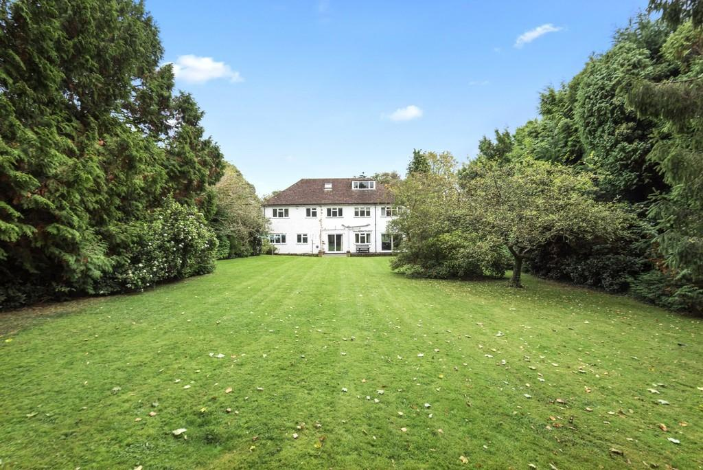 5 Bedrooms Detached House for sale in Pony Chase, Cobham