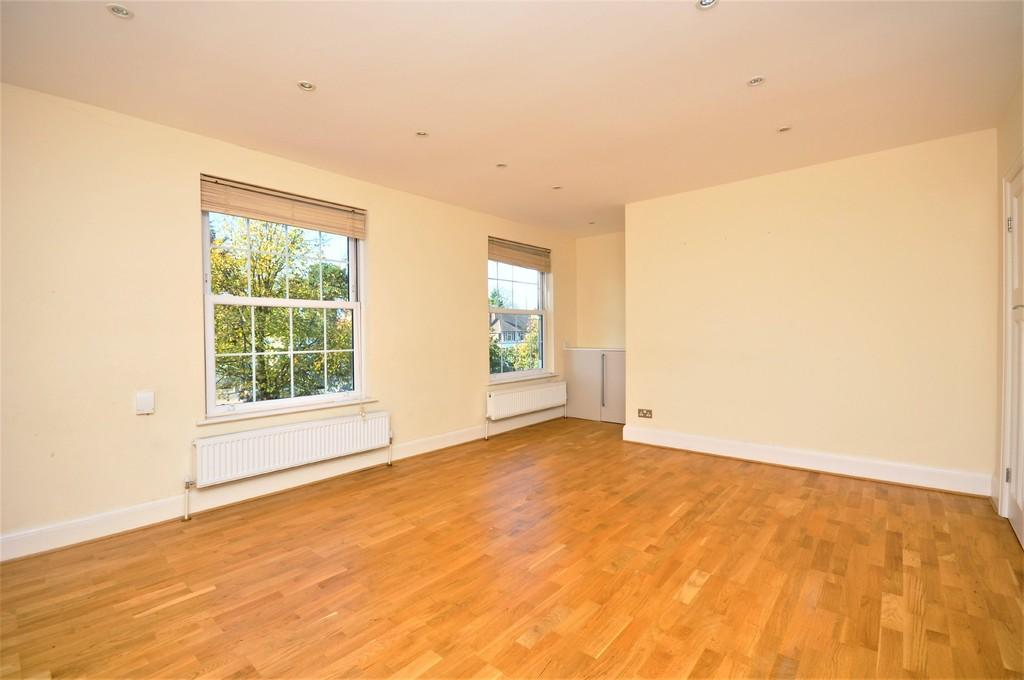 3 Bedrooms Ground Maisonette Flat for sale in The Broadway, Thames Ditton