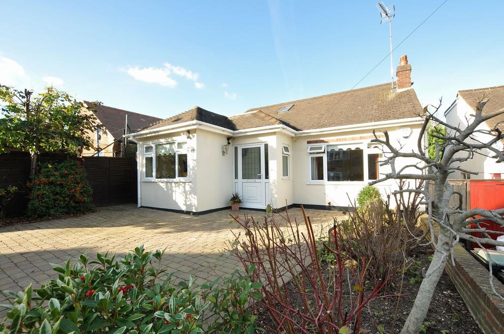 3 Bedrooms Detached Bungalow for sale in Westbury Lane, Buckhurst Hill