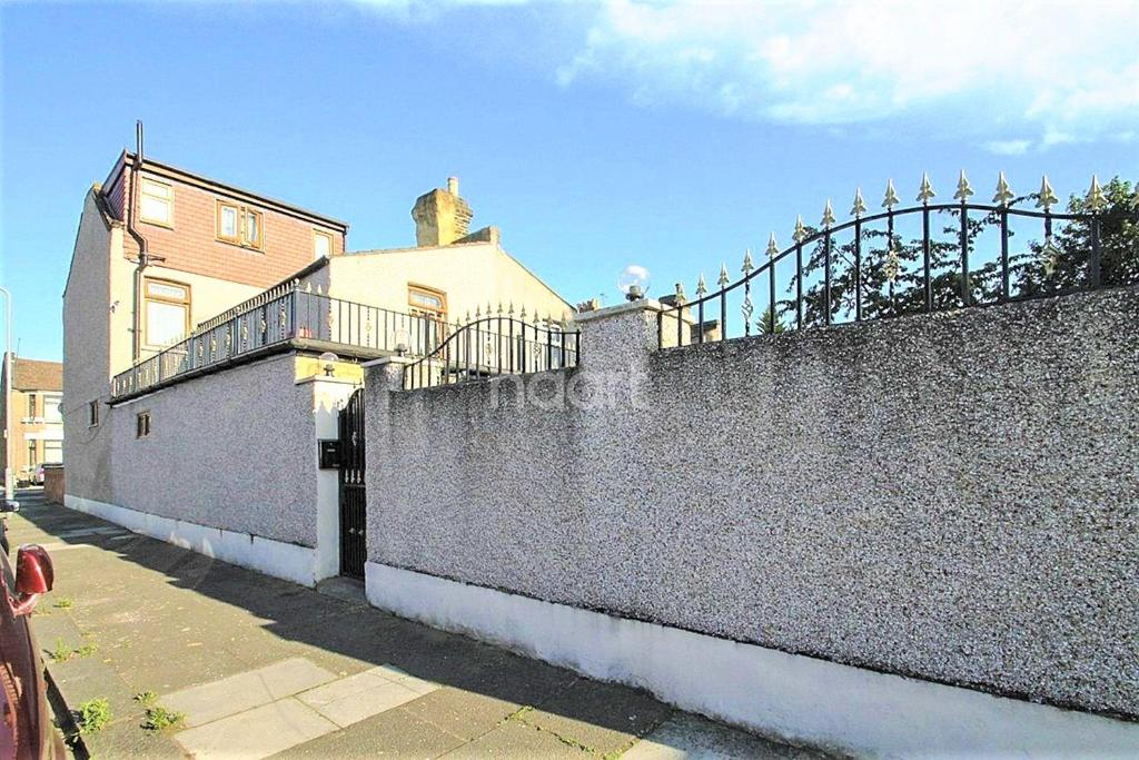 5 Bedrooms End Of Terrace House for sale in Balfour Road, Ilford, Essex