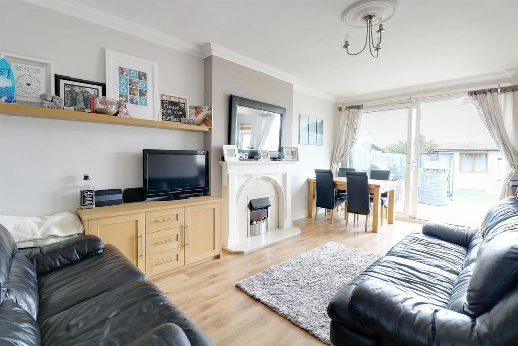 3 Bedrooms Semi Detached House for sale in Playfield Avenue, Collier Row, Romford