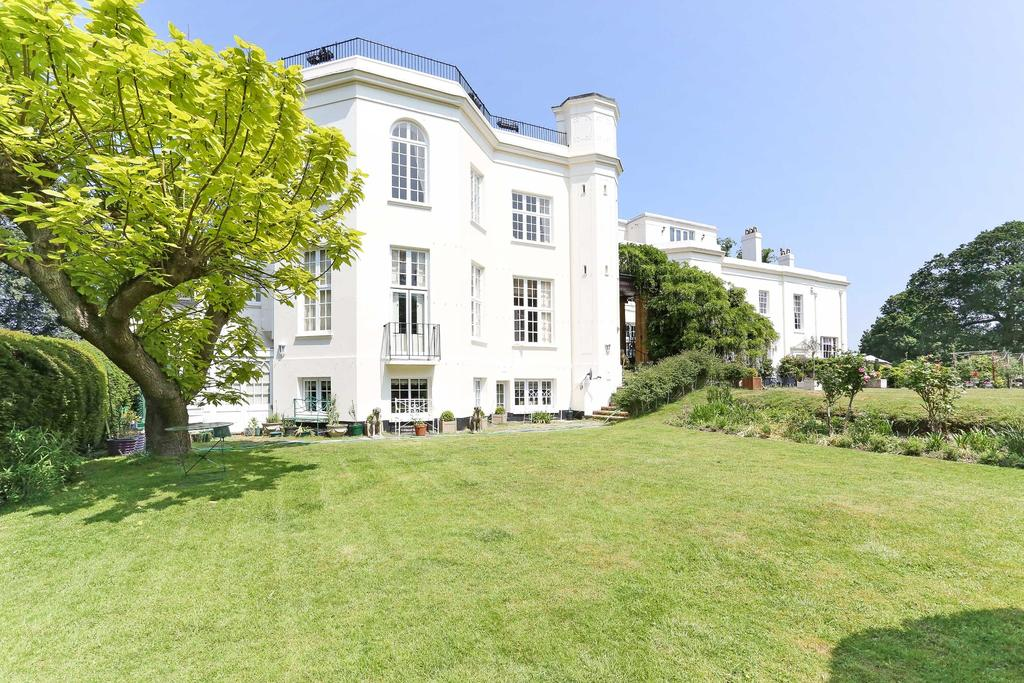 2 Bedrooms Apartment Flat for sale in Virginia Water
