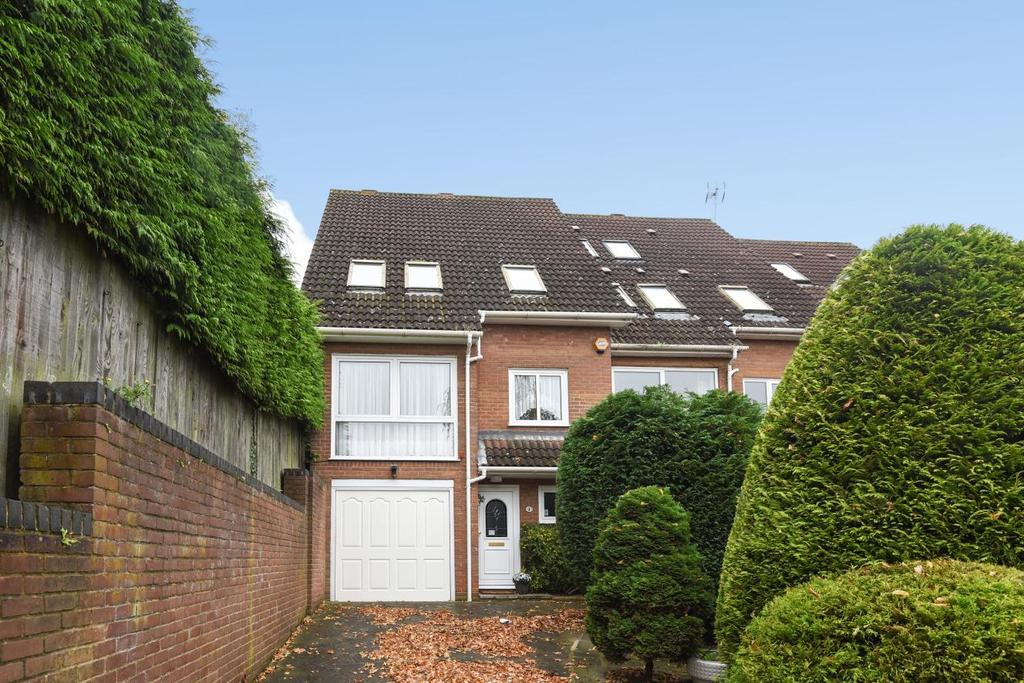3 Bedrooms Semi Detached House for sale in Romney Drive, Bromley