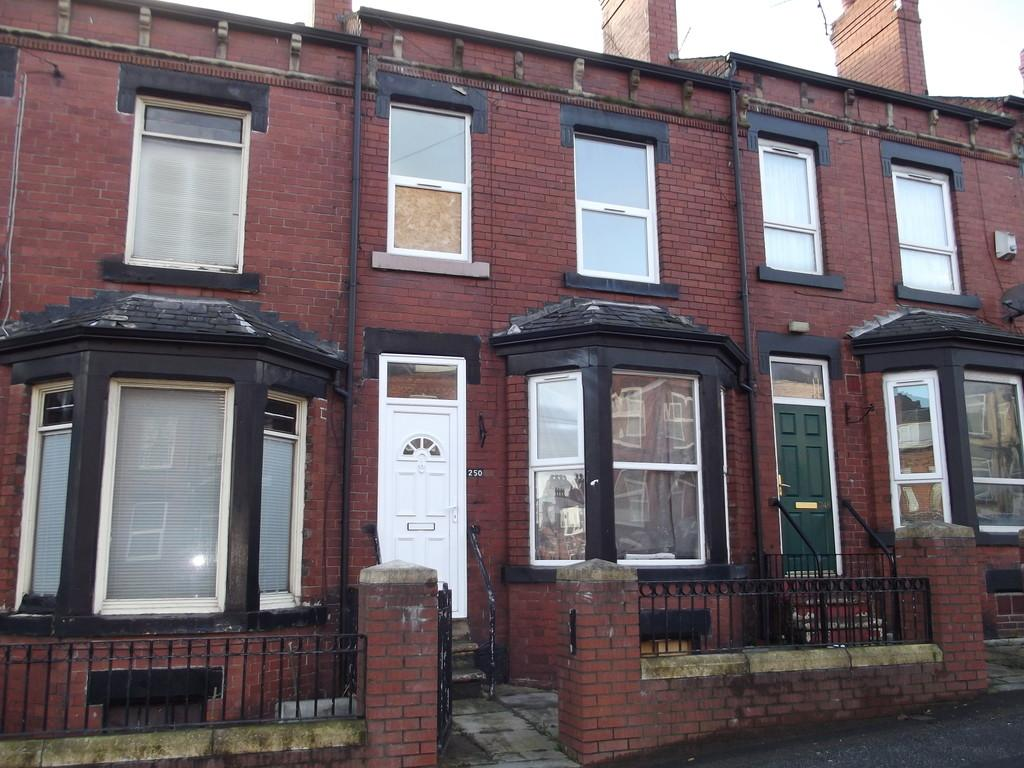 4 Bedrooms Terraced House for sale in Tempest Road, Beeston, LS11 7DH