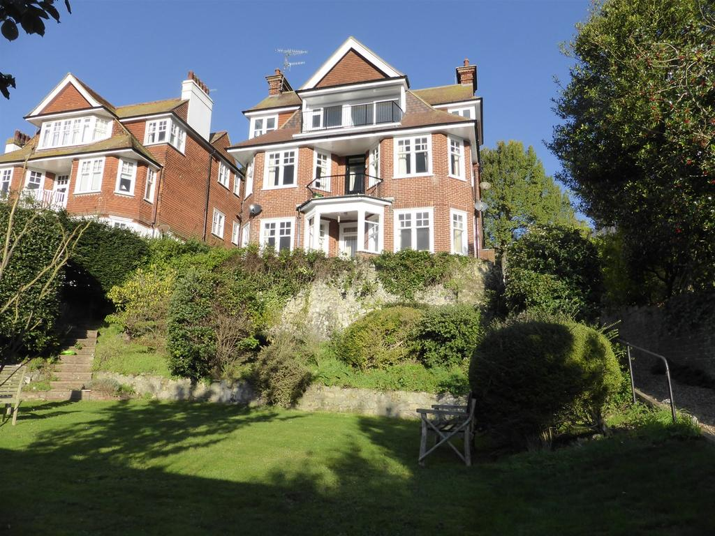 4 Bedrooms Apartment Flat for sale in Baslow Road, Meads, Eastbourne, BN20