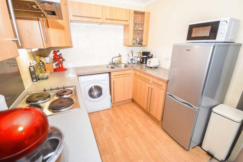 2 Bedrooms Apartment Flat for sale in Beaufort Square, Pengham Green, Cardiff