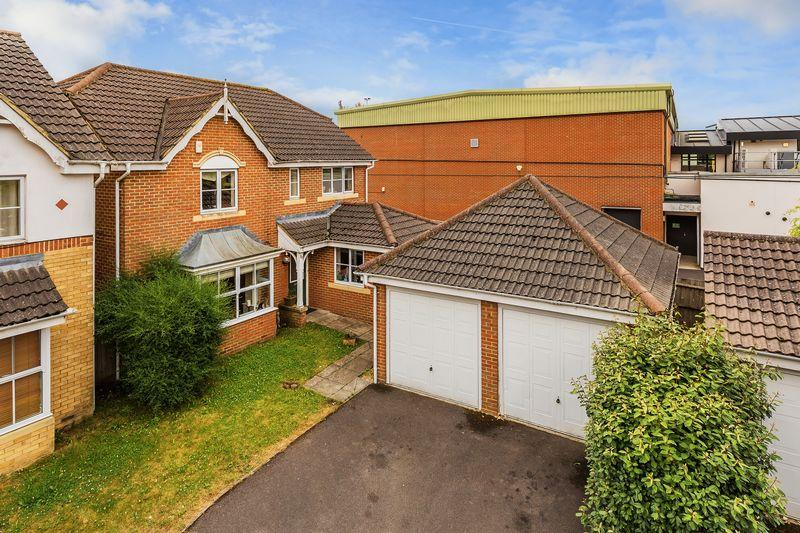 4 Bedrooms Detached House for sale in The Old Orchard, Farnham