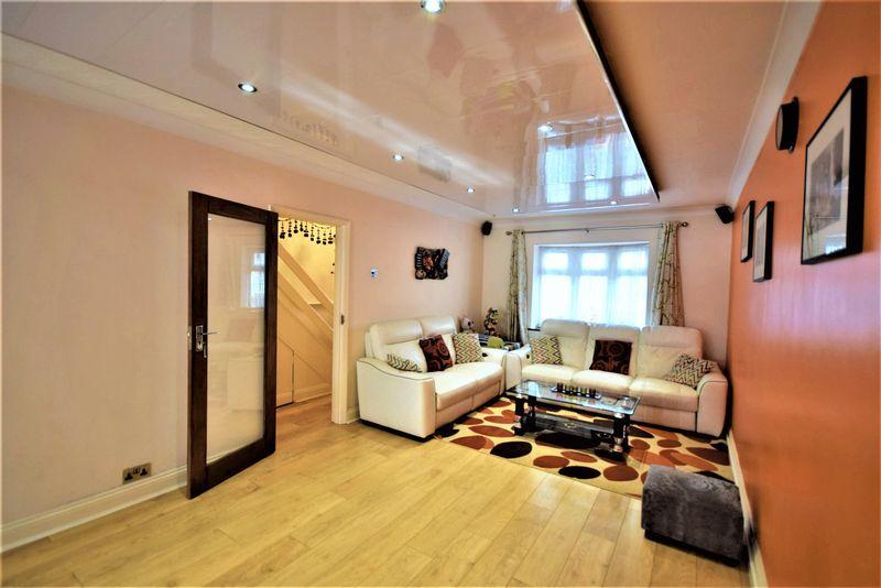 3 Bedrooms House for sale in Porters Avenue, Dagenham