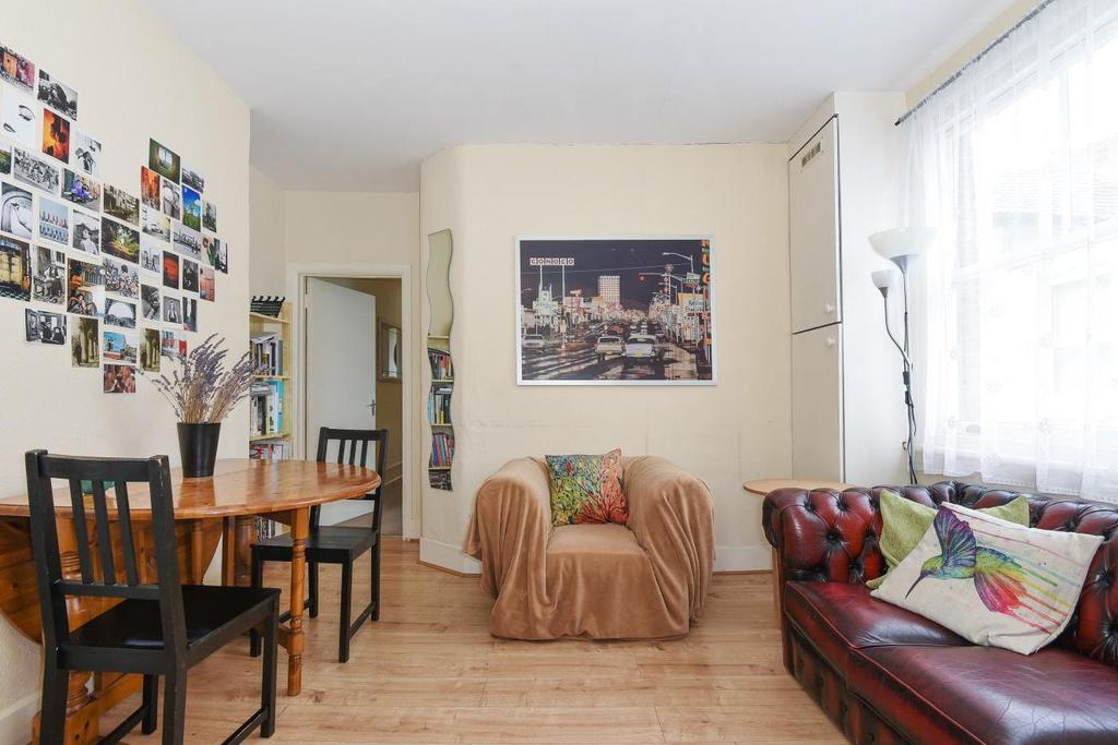 3 Bedrooms Flat for sale in Aylmer Road, Shepherds Bush
