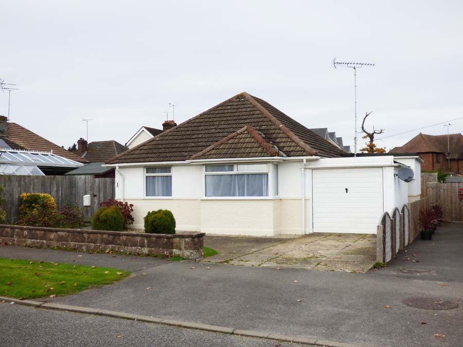 3 Bedrooms Bungalow for sale in Ravenswood Road, Burgess Hill, RH15