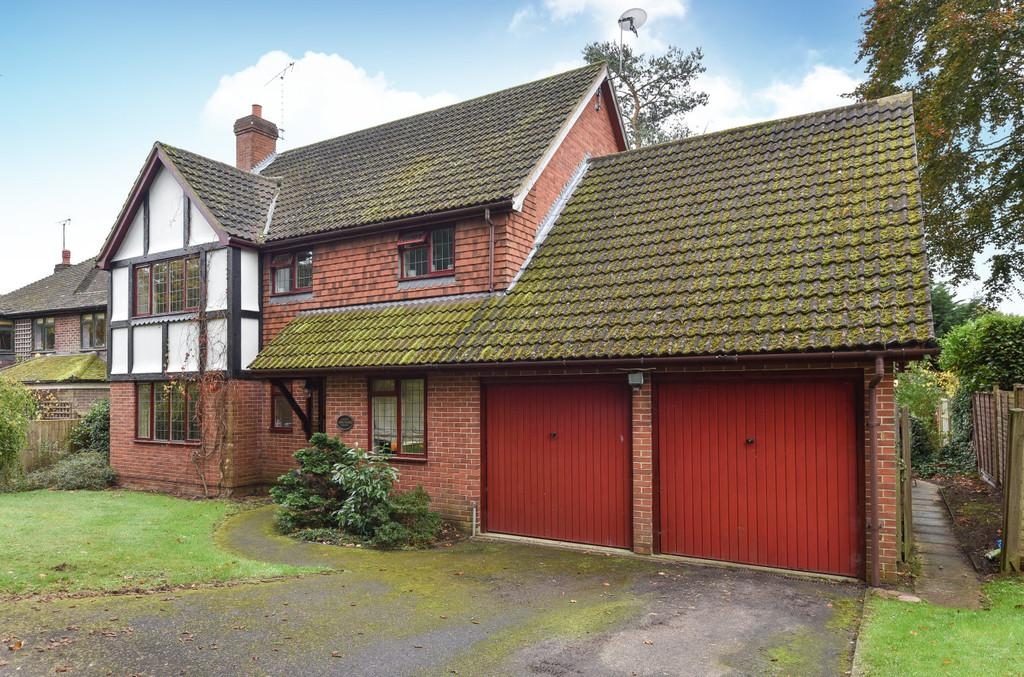4 Bedrooms Detached House for sale in Beam Hollow, Farnham