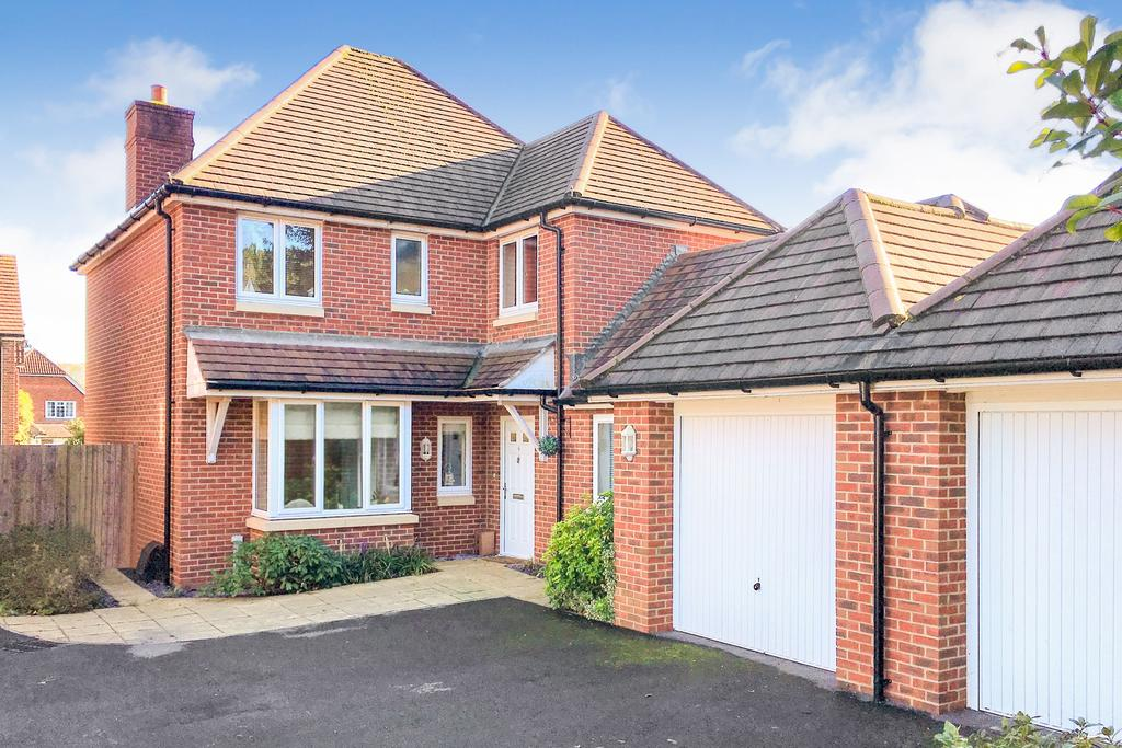 4 Bedrooms Detached House for sale in Private cul de sac in Sarisbury Green