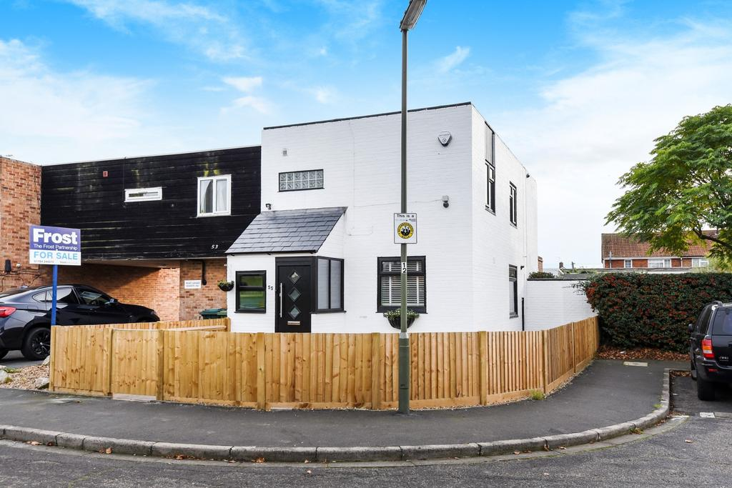 3 Bedrooms Semi Detached House for sale in Hadfield Road, Stanwell, Staines-Upon-Thames, TW19