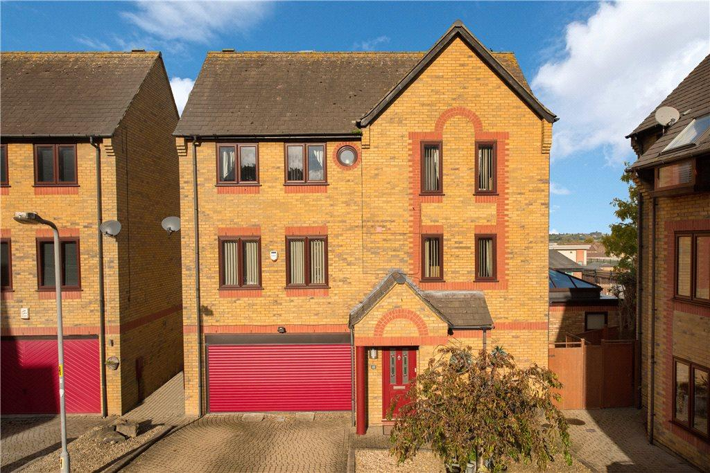 5 Bedrooms Detached House for sale in Standring Place, Aylesbury, Buckinghamshire